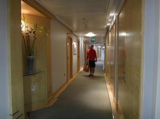 Abu Dhabi Airport Hotel: corridor