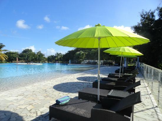 Résidence La Plantation & Spa: Transats et parasols à la piscine