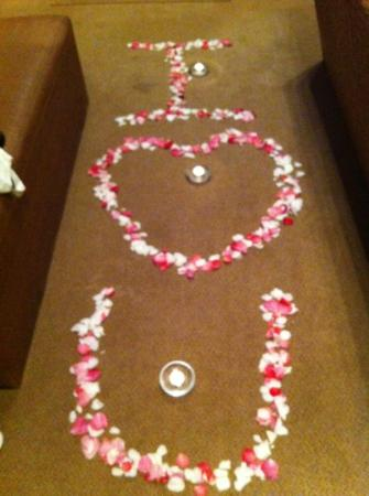 Woodall Country House and Spa: Überraschungsdeko mit Rosenblättern und Kerzen