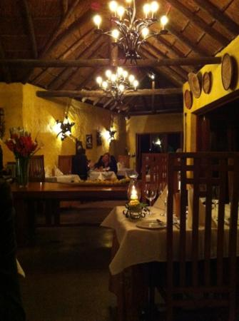 Woodall Country House and Spa: abends im Restaurant
