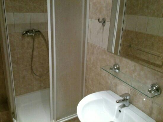 Hotel Garni Kucera: bathroom be careful water tap in unacceptable flow