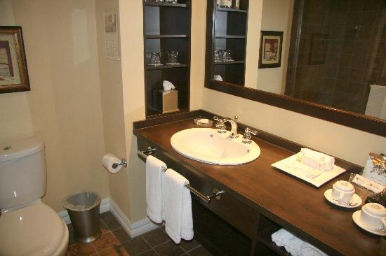 Le St Martin Bromont: bathroom of standard executive rooms