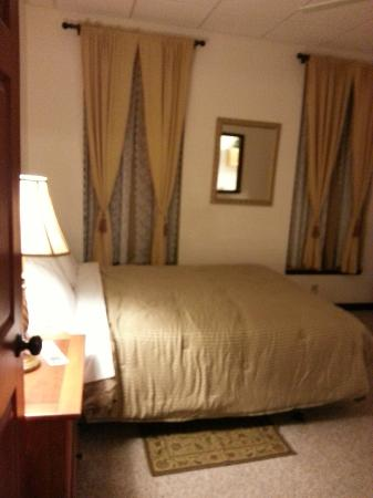 Grand Manor Suites: Bedroom