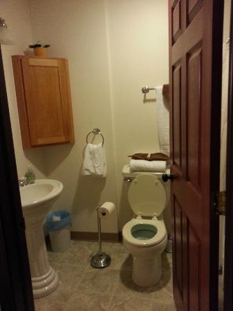 Grand Manor Suites: Entrance into bathroom. Full tub/shower behind the door