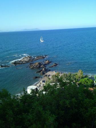 Villaggio Residence Testa di Monaco: Veduta dalla statale. Il villaggio si trova sulla spiaggia a destra.