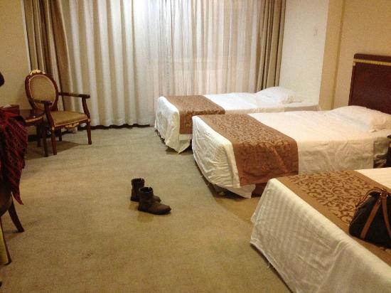 Beijing Fa Guan Zhi Jia Hotel: 三人房的樣子(另一個是加床...並不是正統的三人房:()