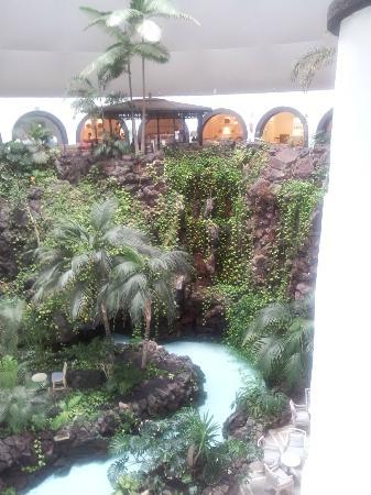 Hotel THe Volcan Lanzarote: Foyer mit Palmen und Wasser