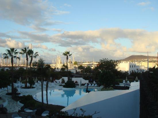 Hotel THe Volcan Lanzarote: Blick über einen Teil der Poolanlage zur Marina Rubicon