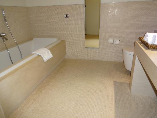 Ajia Hotel: Bathroom