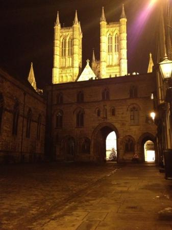 Cathedral View Guest House: lincoln cathedral by night