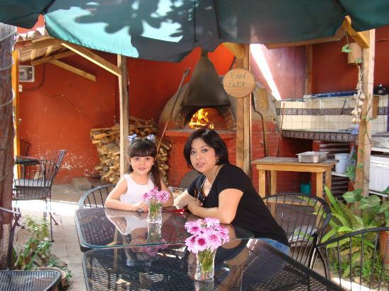 En el patio de MexIta. Detrás el horno de leña para las pizzas ;)