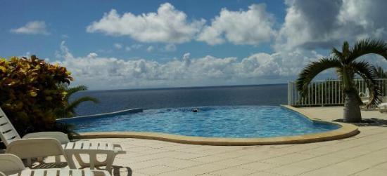 Hotel Amaudo: La piscine à débordement face à la mer