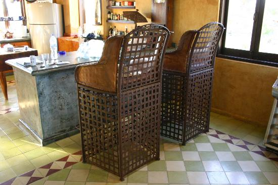 Villa Santa Cruz: Big chairs facing the kitchen. A fave spot.