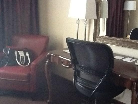 BEST WESTERN PLUS Abbey Inn: desk, leather chair