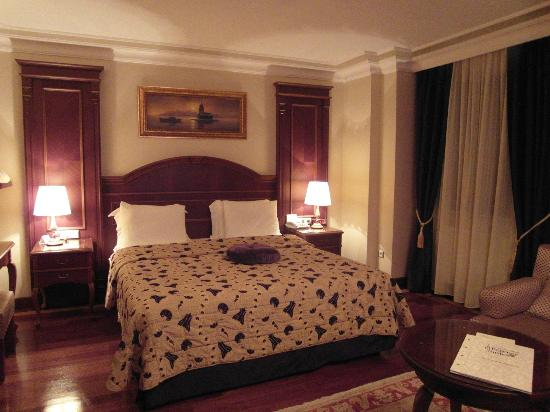 BEST WESTERN PREMIER Regency Suites: Bed