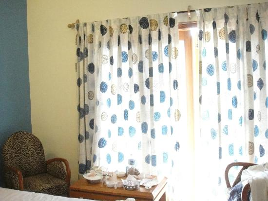 Renzo's Inn: Curtains