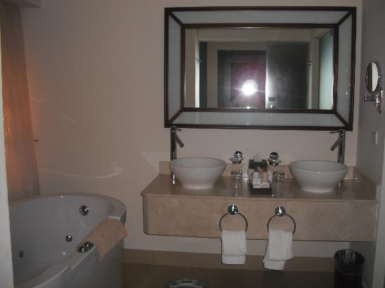 Secrets St. James Montego Bay: bathroom