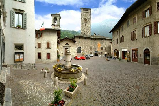 Piazza Dante, la piazza di Gromo
