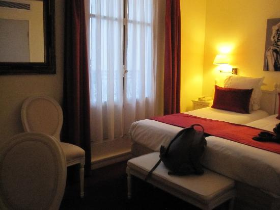 Aston Hotel Paris: Room, tiny but nice and confortable.