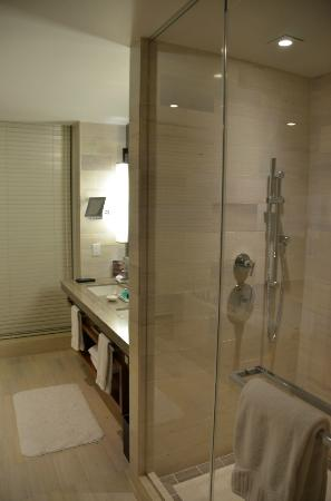 Langham Place, Fifth Avenue: Gorgeous luxury bathroom, superb products
