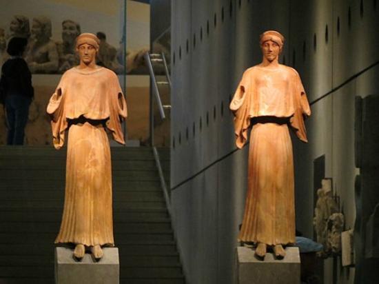 Acropolis Museum: Estátuas em terracota na entrada principal
