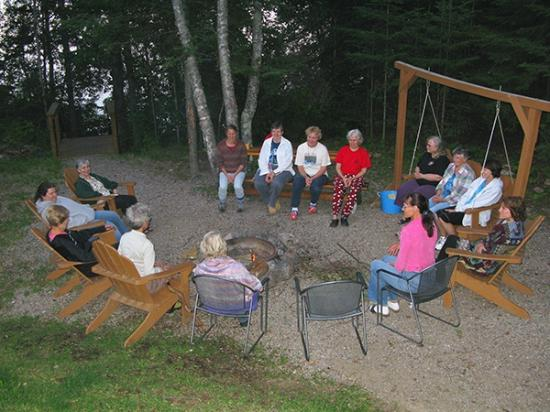 Timber Trail Lodge and Outfitter: outdoor gathering area aroung fire-pit Diamond Willow