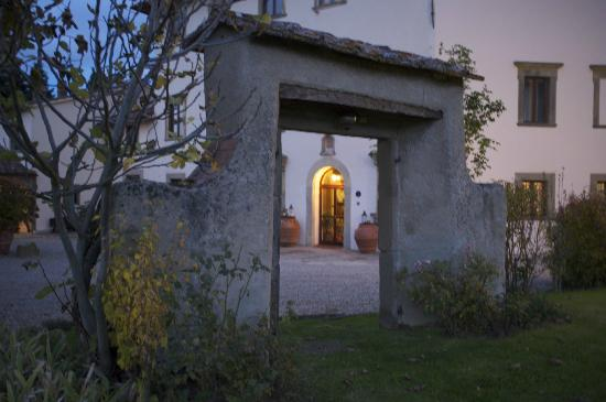 Villa Campestri Olive Oil Resort : Another view of the front in the evening.
