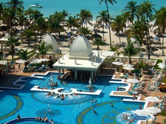 Hotel Riu Palace Aruba: The pool (with swim up bar)