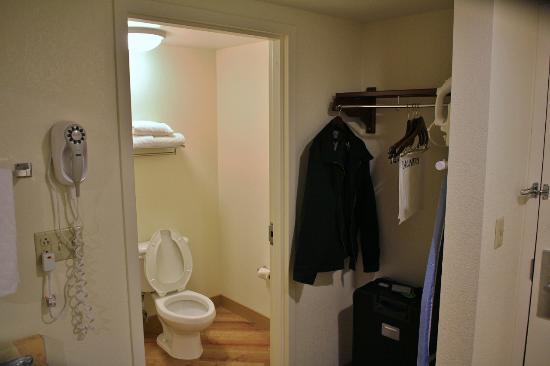 La Quinta Inn & Suites Baltimore BWI Airport: Bathroom/closet