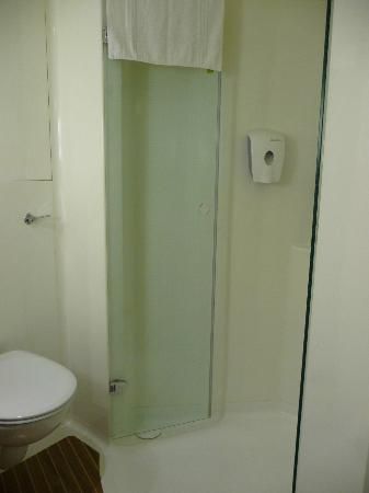 Ibis London Barking: bathroom