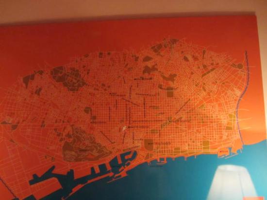 Casa Camper Hotel Barcelona: wall map in mini-lounge