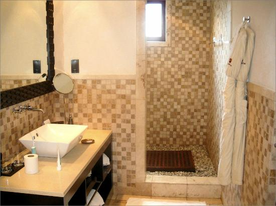 Buccament Bay Resort: The bathroom with shower room beyond