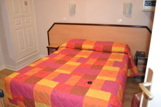 Hotel Audran: cama de la habitacion