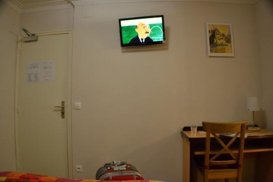 Hotel Audran: tv y mesa de habitacion