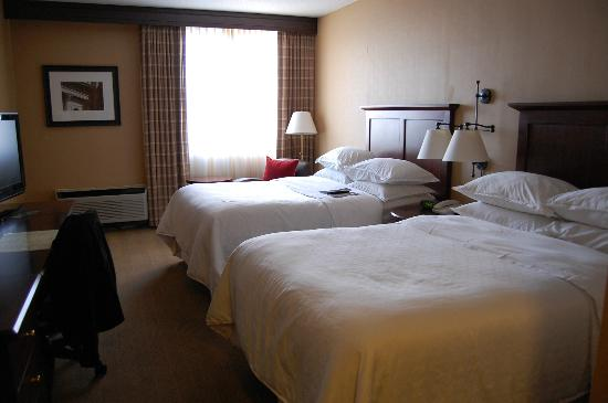 Sheraton Harrisburg-Hershey: Double full size beds