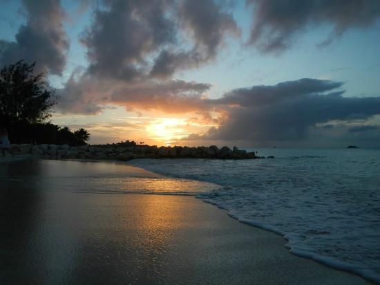 Sandals Grande Antigua Resort & Spa: Sunset on the beach