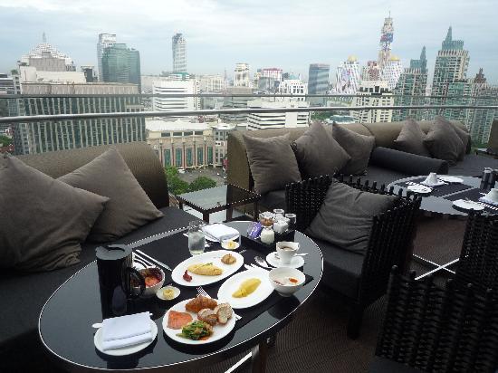 The Okura Prestige Bangkok: 涼しい日には見晴らしの良いテラスで朝食