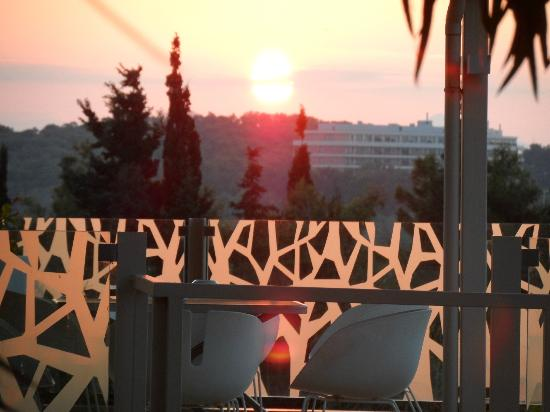 Vouliagmeni Suites : View of Sunset from main entrance to hotel