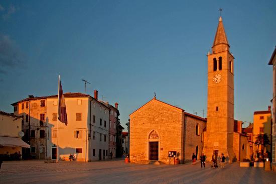 Villetta Phasiana: вид на церковь и отель (справа)