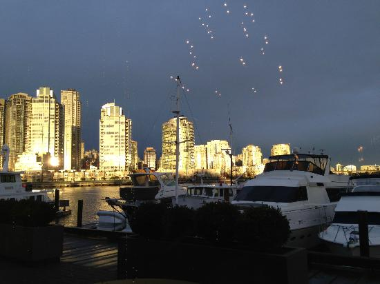 Granville Island Hotel: View from the restaurant at dusk