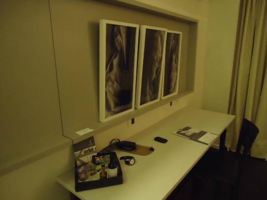 Dazzler Recoleta: área de trabalho na suíte