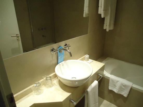 Dazzler Recoleta: Bancada do banheiro da suíte