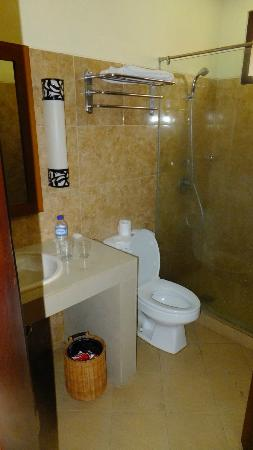 Yulia Beach Inn: Bathroom