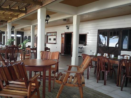 Pelican Beach - Dangriga: Outside restaurant area