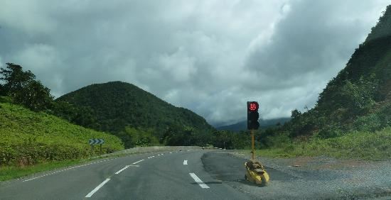Parc National, Guadeloupe: About half way, they lost a lane to a landslide so they alternate traffic