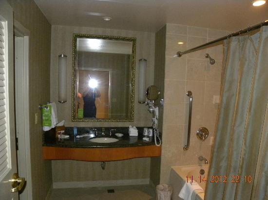 Harrah's Joliet Hotel And Casino: Bathroom is spacious