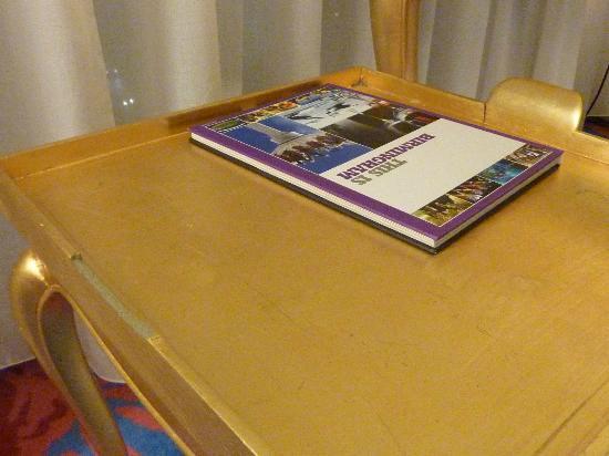 Radisson Blu Hotel, Birmingham: Broken furniture - missing handle on table