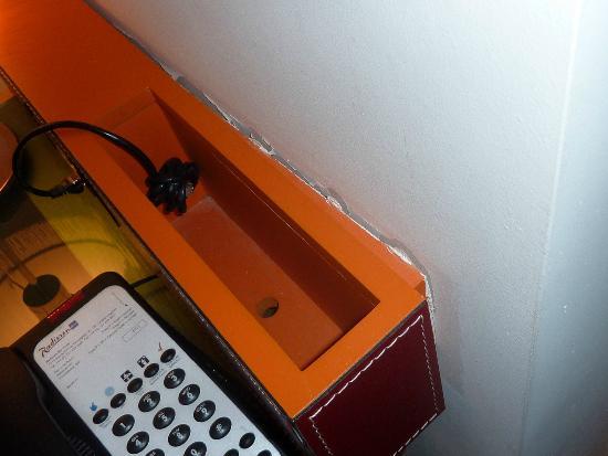 Radisson Blu Hotel, Birmingham: Broken furniture - desk unit loose from wall plaster