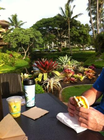 Sheraton Kauai Resort: enjoying breakfast outside at Lava's