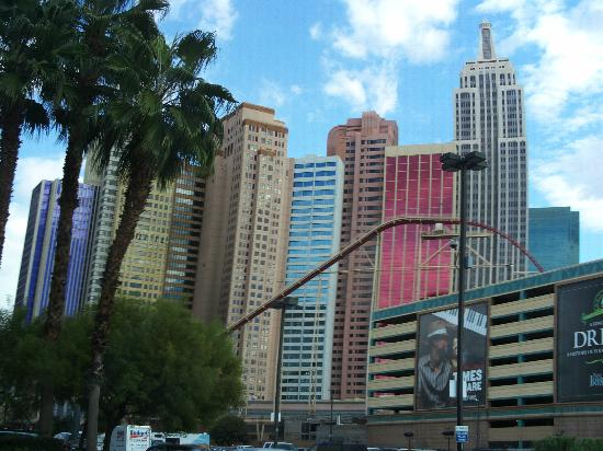 New York - New York Hotel and Casino: vista desde Las Vegas Blvd